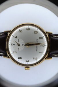 Gents 9ct gold Smiths Astral manual wind wristwatch Close