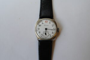 Roamer cushion cased manual wrist watch close